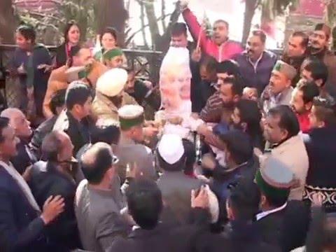 فيديو: أرادوا حرق دمية لرئيس الوزراء فارتدت عليهم النيران