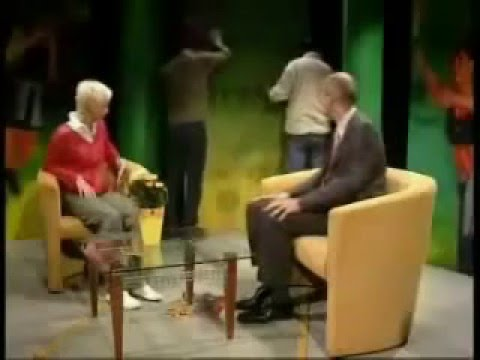 فيديو: لحظة سقوط ديكور الأستوديو فوق رأس المذيعة مرتين