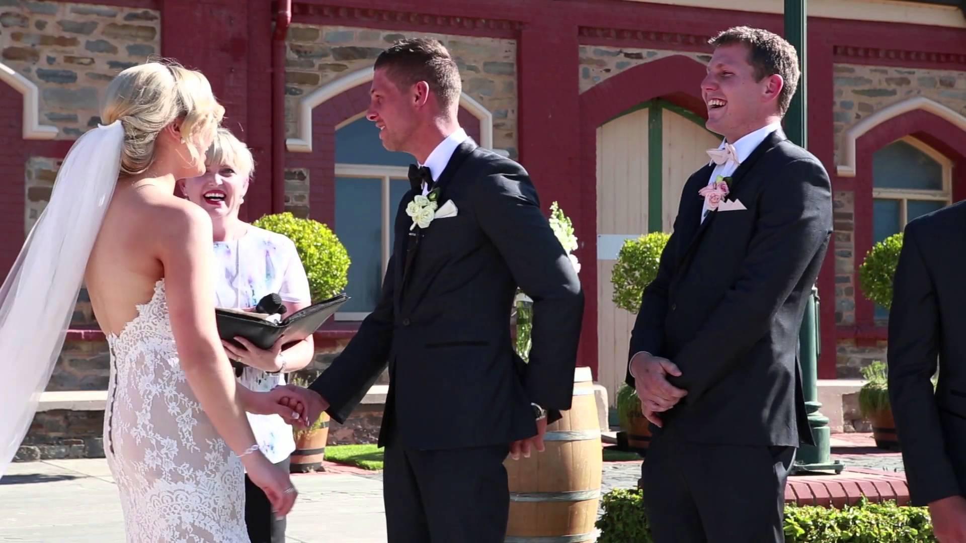 طفل يقطع مراسم زفاف بطريقة مضحكة