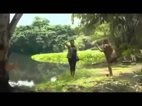 تمساح يلتهم فتاة أمام صديقتها