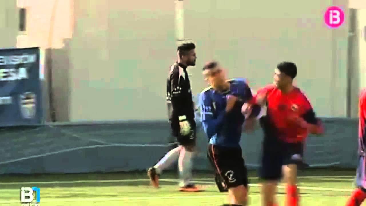 لاعب يحول مباراة إلى حلبة للملاكمة