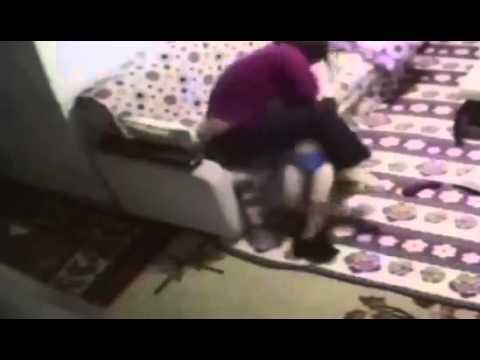 فيديو صادم : زوجة الأب تعذب الأطفال بطريقة وحشية
