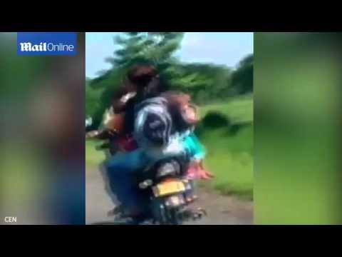 بالفيديو.. أسرة كاملة تركب دراجة نارية