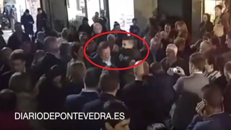 بالفيديو. شاب يوجه لكمة قوية لرئيس الحكومة الإسباني!