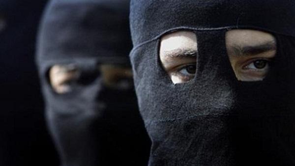 بالفيديو. عصابة تهاجم المواطنين بالسيوف و