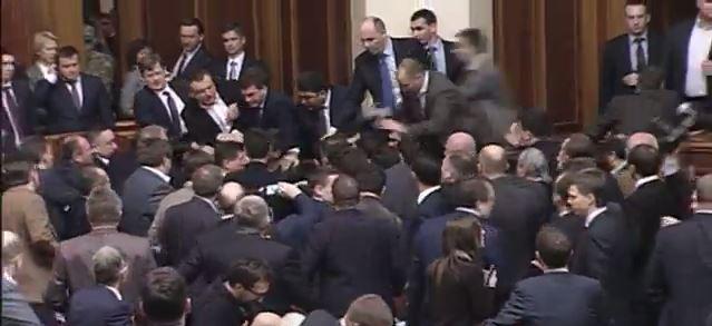 عراك عنيف في البرلمان!