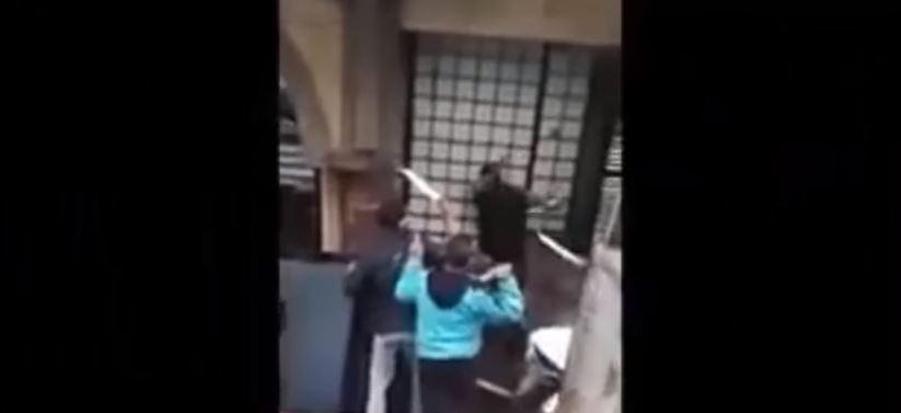 بالفيديو. شباب ينتقمون من متشرد بالسيوف ويقومون بحرقه بالدار البيضاء