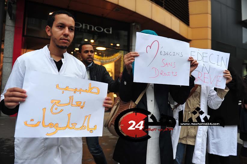 الأطباء يبيعون كتبهم في الشوارع احتجاجا على اقتطاع أجورهم!
