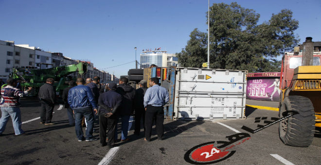 بالصور..انقلاب شاحنة يعرقل السير بهذه المنطقة في البيضاء
