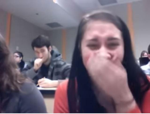 فيديو: فتيات يصورن شابا وسيما داخل القسم.. شاهد ماذا فعل بالصدفة