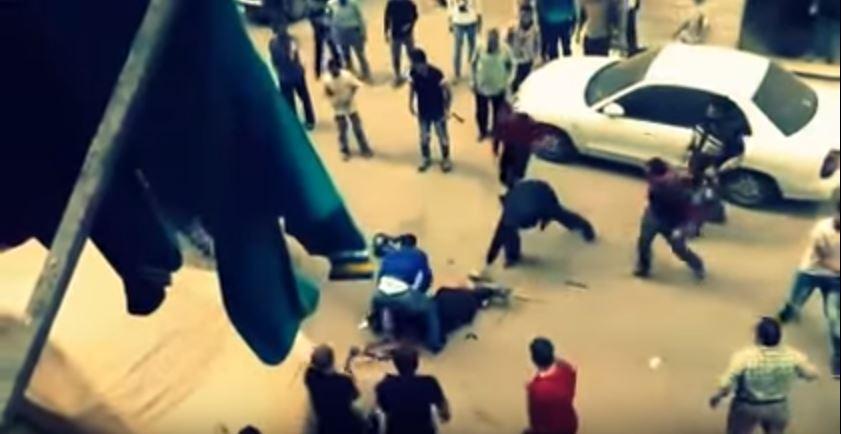 فيديو : رجل يحاول ذبح زوجته في الشارع ببنها