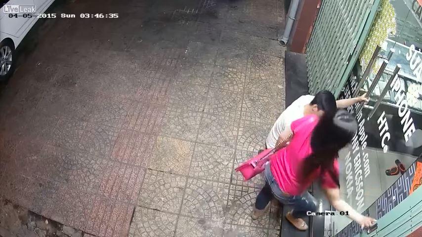 شاهد ماذا فعل شاب بفتاة مستغلاً خلو الشارع