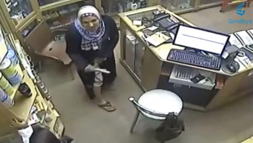 بالفيديو: تكشف عن ساقها لتنفذ سرقة بصيدلية