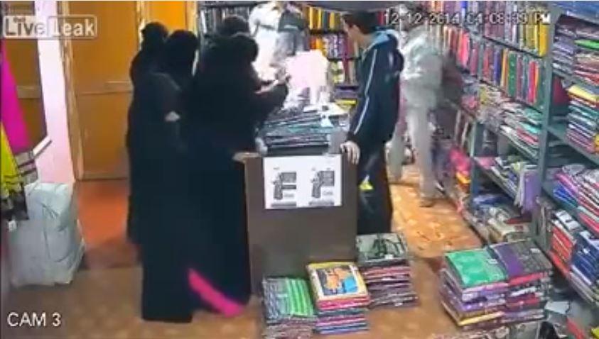 بالفيديو: سيدة تستخدم أصابع قدمها في تنفيذ عملية سرقة بمحل ملابس!