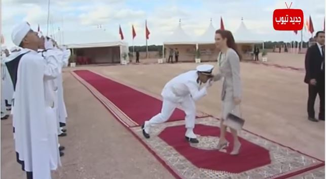 شاهد طريقة سلام ضابط الحرس الملكي على الأميرة للا سلمى والفرق عند استقبالها وتوديعها
