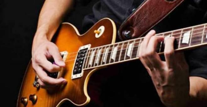 غيتار يُعلّم العزف في دقائق من دون خبرة سابقة