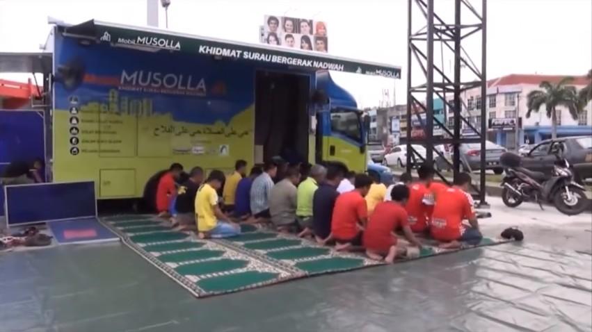 فيديو : مسجد متنقل في أحد أسواق ماليزيا, يثير إعجاب المارة ..