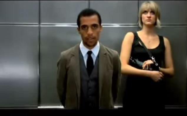 شاهد ماذا فعل هذا الشاب في هذه الفتاة داخل المصعد
