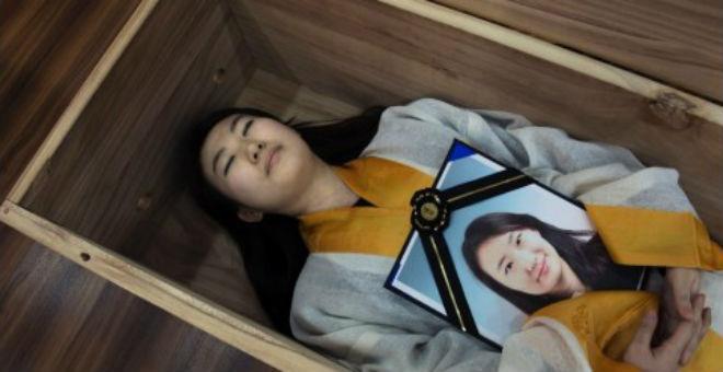 بالصور:كوريون يحضرون جنازاتهم لعلاج الاكتئاب