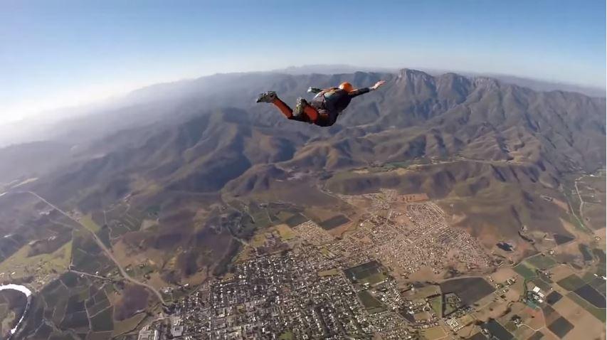 شاهد: ماذا فعل مغامر لم تفتح مظلته وهو على ارتفاع 2000 متر؟