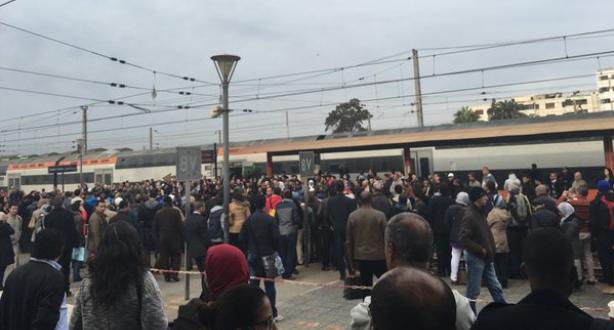 خطير.. عصابة تشهر أسلحة بيضاء داخل القطار و تجرد المسافرين من ممتلكاتهم !!