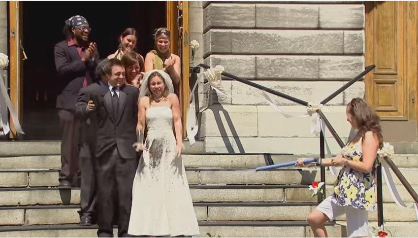 حفل زفاف يتحول إلى كارثة في موقف محرج جداً للمارة