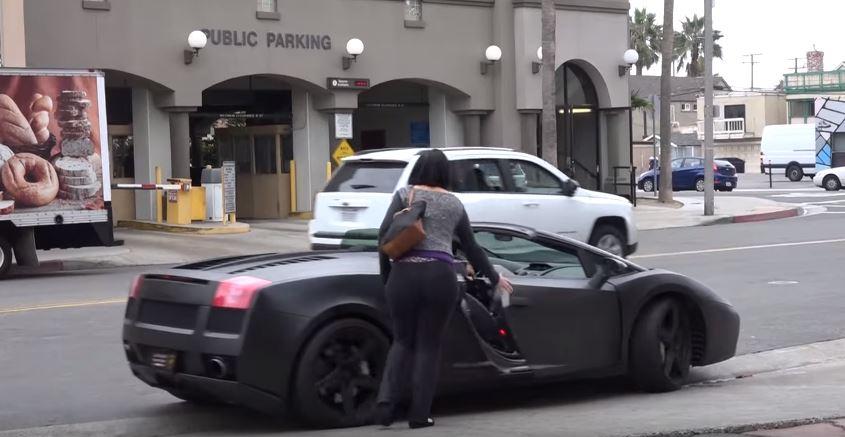 رد فعل شاب رفضته فتاة .. ولكنها غيرت رأيها بعدما شاهدت سيارته