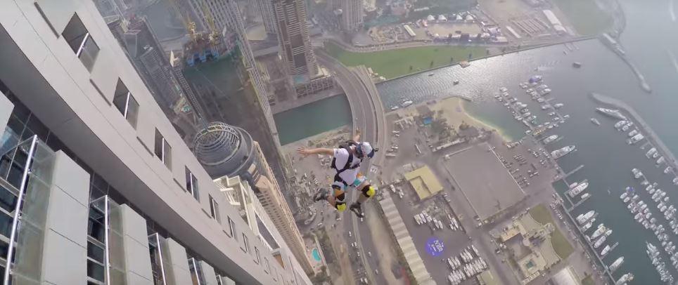 فيديو : مغامرون يقفزون من أعلى ناطحة سحاب في العالم