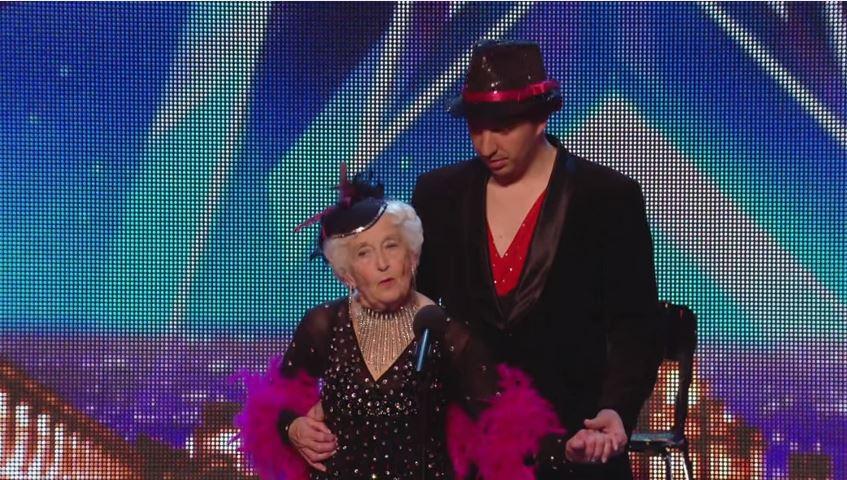 بالفيديو : صعدت الى المسرح كهاوية عجوز ... وخرجت كنجمة