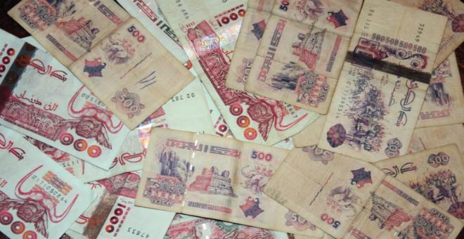 الدينار الجزائري يسجل انهيارا تاريخيا أمام العملة الصعبة