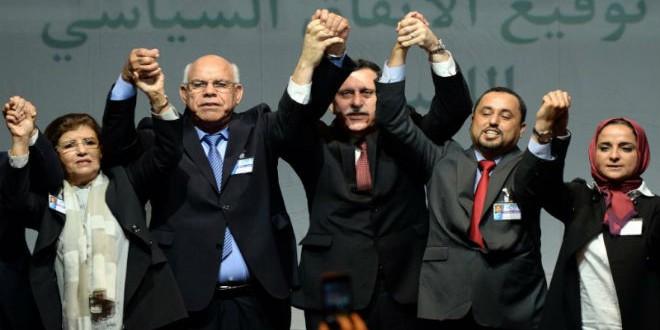 الفرقاء الليبيون أثناء التوقيع على الاتفاق السياسي بالمغرب