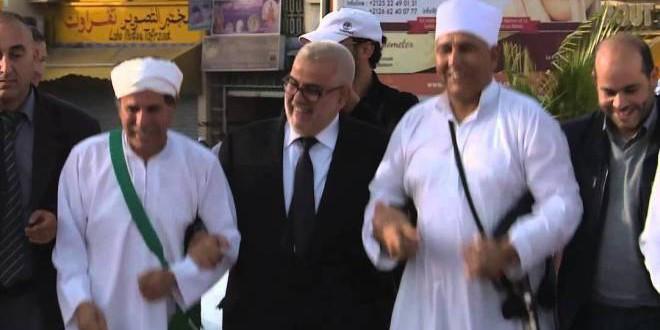عبد الإله بنكيران، في وصلة رقص مع بعض الأمازيغ.