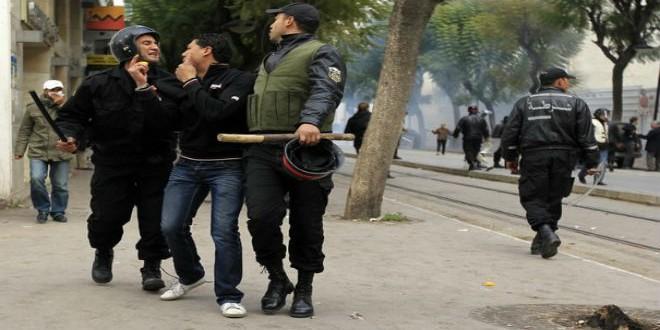 تدخل لأفراد الشرطة التونسية في حق المتظاهرين (أرشيف)