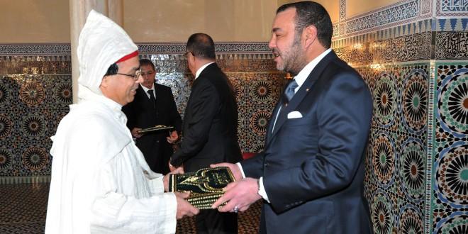 الملك محمد السادس أثناء استقباله لأحد السفراء المغاربة الجدد، في صورة من الأرشيف.