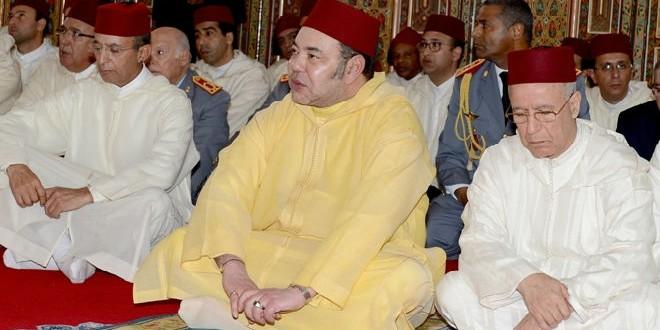 الملك محمد السادس خلال أدائه لصلاة الجمعة اليوم في الدار البيضاء
