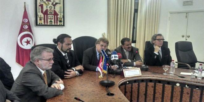 وفد البرلمان الأوروبي خلال المؤتمر الصحفي بمقر وزارة التنمية التونسية