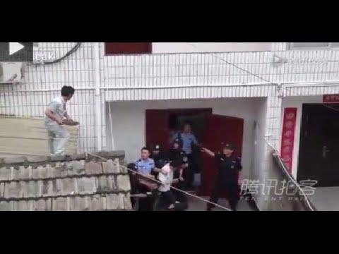 بالفيديو: شاهد ماذا فعل أب مع مغتصب ابنته أثناء تمثيله الجريمة