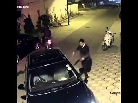 شاهد ماذا فعل لصان بفتاة تقود سيارتها ليلاً