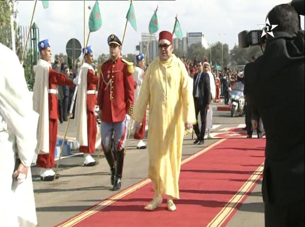 لحظة وصول الملك محمد السادس لمسجد الفردوس بالدار البيضاء لأداء صلاة الجمعة