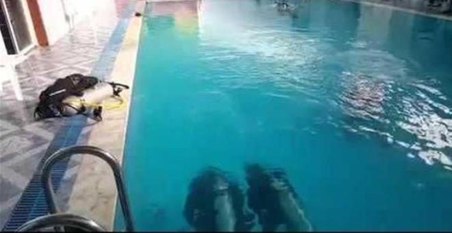 بالفيديو.. سعودي يصلي تحت الماء