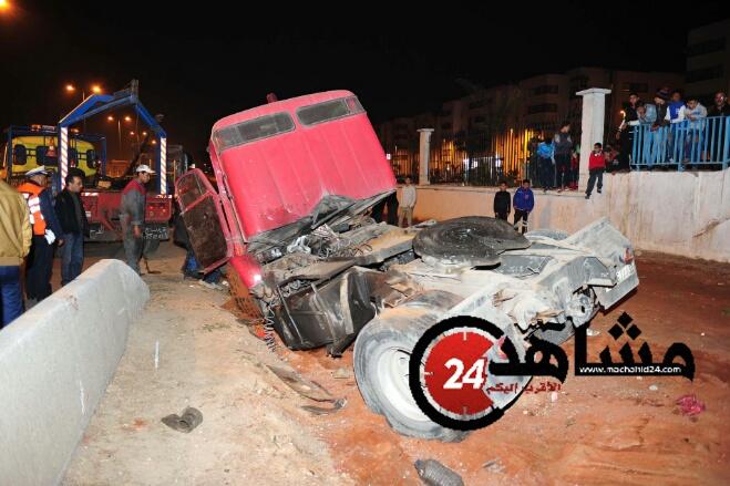 بالصور..شاحنة تتفكك لأجزاء بعد اصطدامها بقنطرة للراجلين