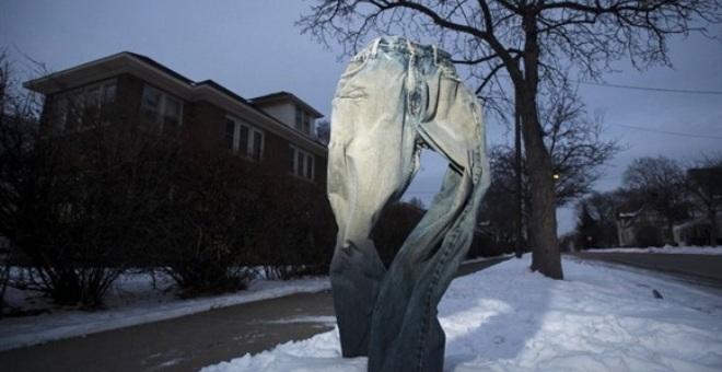 بالصور.. الأمريكيون يتغلبون على عاصفة الثلج بالسراويل المجمدة