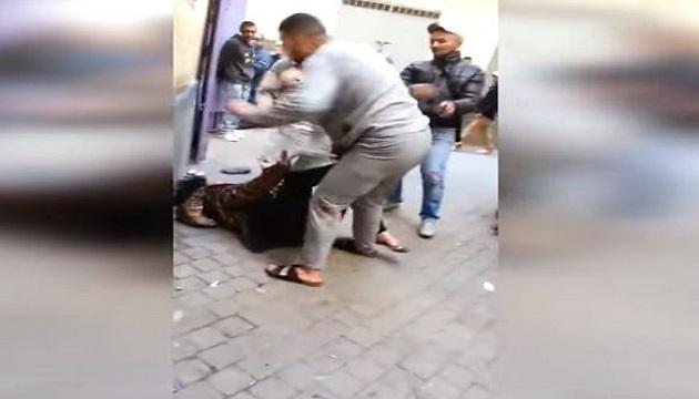 بالفيديو : زوج يعنف زوجته أمام الملأ بطنجة