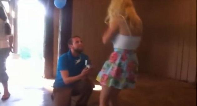 ردة فعل غير متوقعة لفتاة عرض عليها الزواج