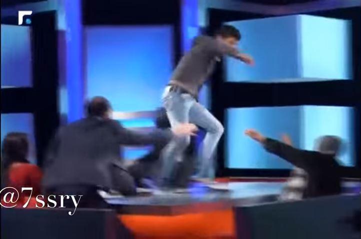 صدق او لا تصدق شاب يضرب امه على الهواء مباشرة