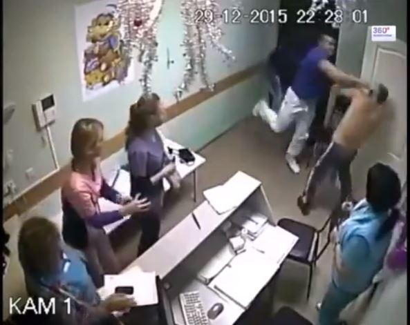 بالفيديو: طبيب روسى يقتل مريضًا بالضربة القاضية لتحرشه بإحدى الممرضات
