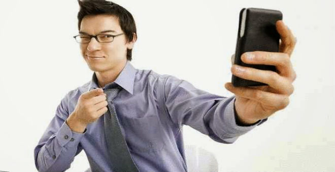 الرجال ينافسون النساء في التقاط عدد صور السيلفي!!