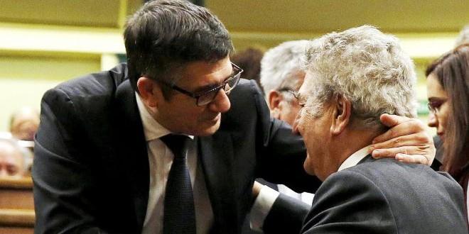 الرئيس الجديد للبرلمان الاسباني (يسار الصورة) يتقبل التهاني من سلفه