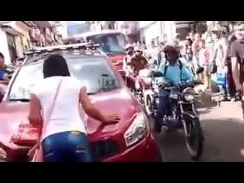 فيديو: سيدة توقف حركة المرور بعد أن ضبطت زوجها مع عشيقته بسيارتها