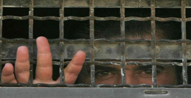 فورين بوليسي: تعذيب واكتظاظ وقمل وجرب..هذه هي السجون السورية